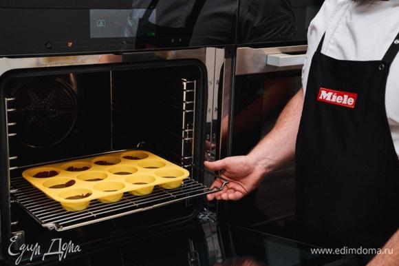 Разложите тесто в силиконовые формочки для маффинов и выпекайте в духовом шкафу Miele H 7860 BP в режиме «Интенсивное выпекание» при температуре 180°С 20 минут.