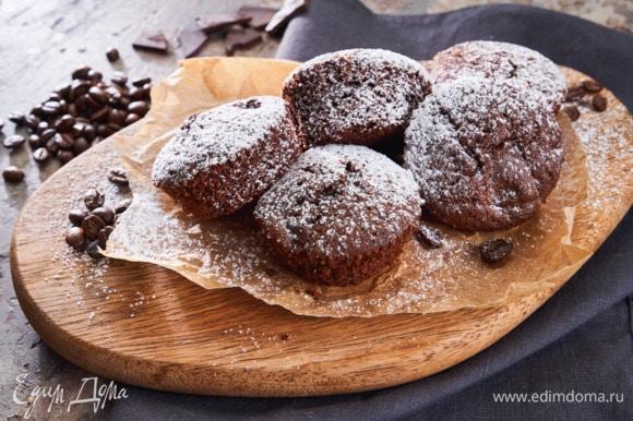 Перед подачей посыпьте маффины сахарной пудрой.