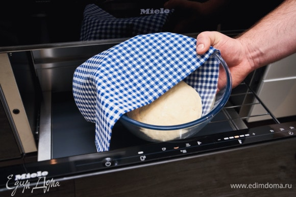 Выложите тесто в миску, закройте пищевой пленкой/салфеткой и поместите в подогреватель Miele в режим подогрева посуды на минимальную степень нагрева для подъема на 30 минут.