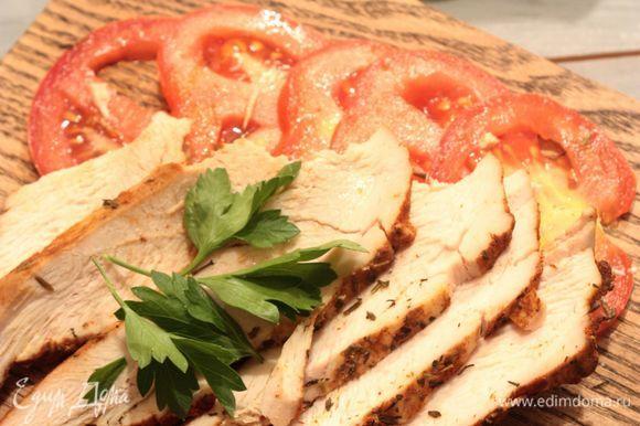 Пастрами получается очень нежным и сочным. Нарезайте его ломтиками и используйте для приготовления сэндвичей-ссобоек или добавляйте к нему овощи и крупы (булгур, кускус, рис, гречку) для перекуса с собой. Приятного аппетита!
