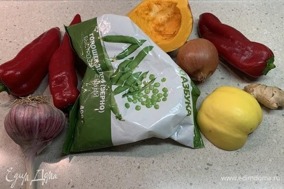 Заранее достаньте зеленый горошек из морозилки, чтобы он оттаял. Подготовьте все остальные ингредиенты.