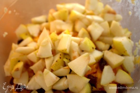Нарезать яблочки, 2–3 небольших.