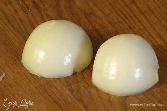 Белую луковицу почистить и нарезать небольшими кусочками.