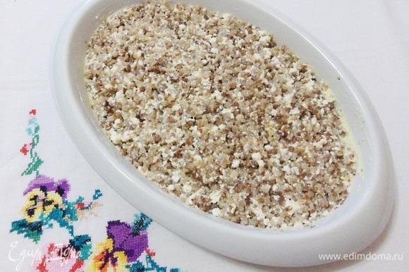 Форму для запекания смажем сливочным маслом и выложим массу, равномерно распределяя и немного уплотняя ложкой.