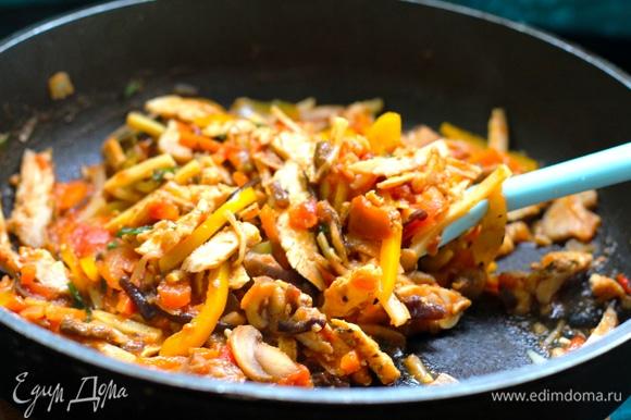 Я не конкретизировала состав овощной начинки, делайте на ваш вкус. Главное — овощи тоже следует нарезать жюльеном. Грибы я взяла нарезанные, в заморозке. Грибы обжарить на оливковом масле, добавить выбранные вами овощи, посолить, поперчить, добавить томатную пасту, мелко нашинкованный помидор, нарезанную курицу. Тушить до выпаривания жидкости и готовности овощей. Если жидкость выпарилась не вся, то следует откинуть овощи на сито, у нас не должно быть ничего жидкого.
