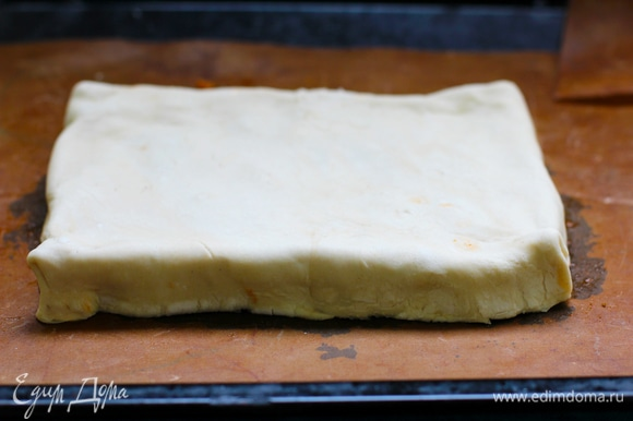 Укладываем поверх сыра пласт теста, ровняем, края загибаем вниз, чтобы получились бортики. Должна получиться перевернутая коробка, как для пиццы.
