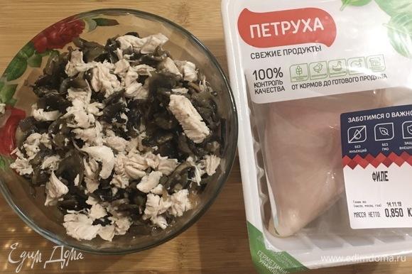 Куриное филе и готовые грибы перемешать.