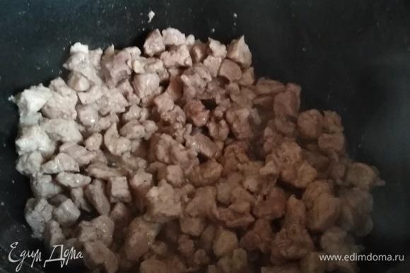 Свинину мелко нарезать. Обжарить на растительном масле до испарения жидкости.