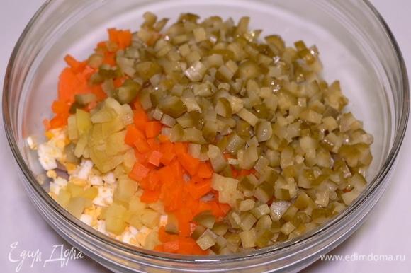 Затем нарезанные яйца, морковь, картофель и маринованные огурчики.