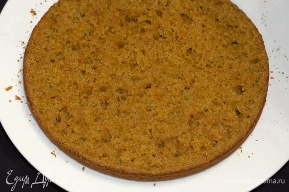 Внутри он пористый — это очень хорошо. Благодаря такой структуре корж впитает много крема, и тортик не будет сухим.