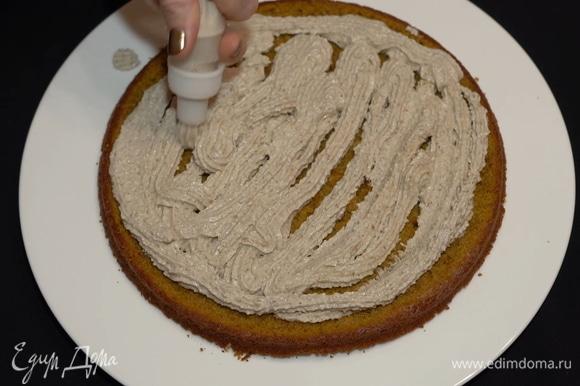 Для нанесения крема используем обычный кондитерский мешок с насадкой, чтобы толщина крема была одинаковой. Наносим крем на срезанную поверхность.