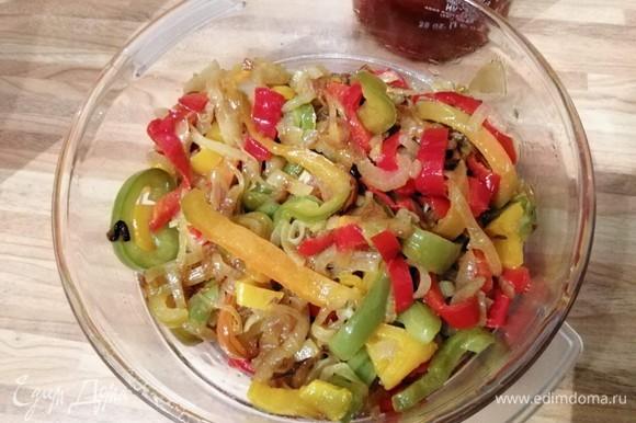 Перцы (желательно разных цветов) нарезать на полоски, две крупные луковицы нарезать полукольцами. Обжарить овощи на растительном масле до мягкости.