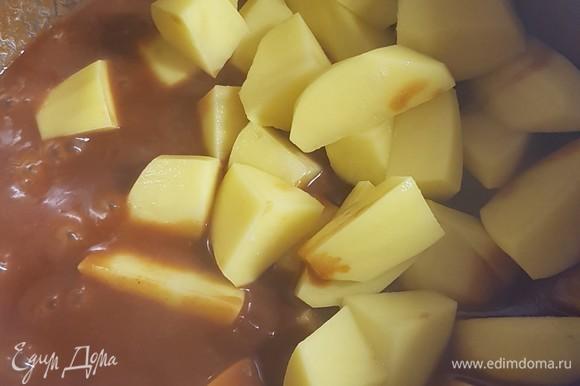 Картофель почистить, нарезать крупными дольками. Добавить к мясу и тушить до готовности. Это займет у вас около 30 минут (все зависит от сорта картофеля).