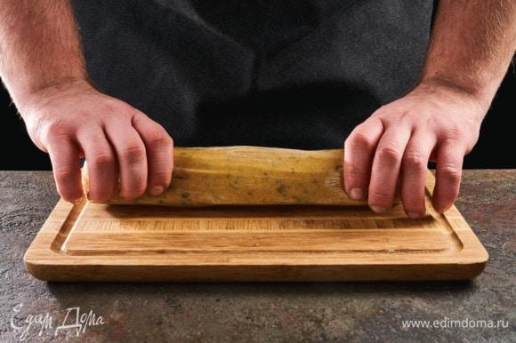 Сформируйте трубочку, накройте пищевой пленкой и уберите в холодильник на 2 часа.