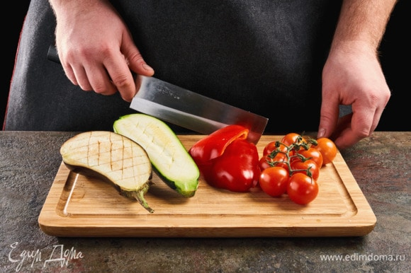 Баклажан и цукини разрежьте пополам, сделайте надрезы. Болгарский перец нарежьте крупно (помидоры черри оставляем на ветке).