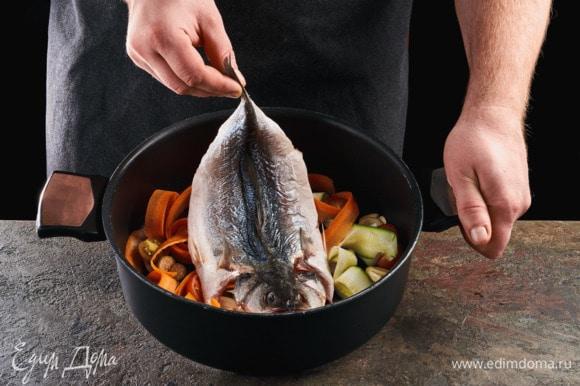 На овощи положите рыбу.