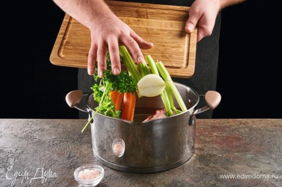Добавьте к языку крупно нарезанные лук, сельдерей, одну морковь и петрушку. Посолите. Варите 2,5 часа до готовности языка.