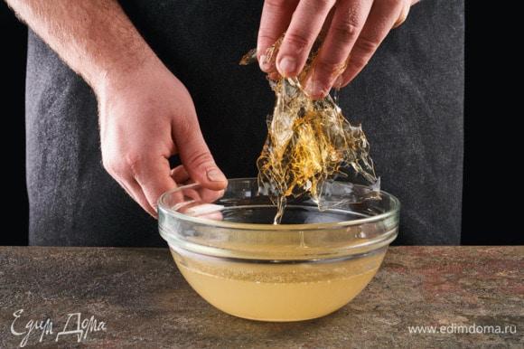 Бульон, в котором варился язык, разведите чистой водой (1:1), посолите. Растворите в бульоне набухший желатин.
