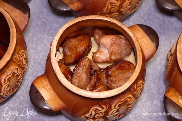 Утрамбовываем все содержимое горшочка и кладем сверху обжаренное мясо (5–6 кусочков).