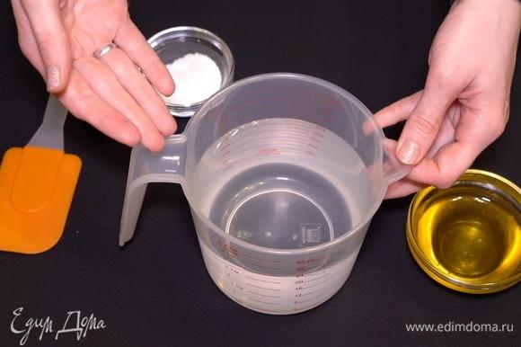 Прежде чем отправить блюдо в духовку, мы подготавливаем 500 мл воды, в которую добавляем мед и соль.