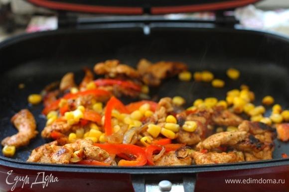 Добавить к филе обжаренные ранее овощи и консервированную кукурузу, перемешать и готовить еще 1 минуту, постоянно помешивая. Снять с огня. Моцареллу натереть на крупной терке.