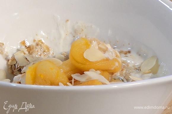 К смеси добавить абрикосовый компот. Украсить блюдо миндальными лепестками.