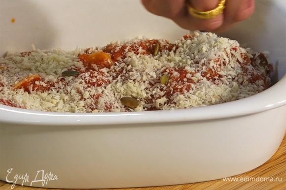 Блюдо посыпать панировочными сухарями и тыквенными семечками.