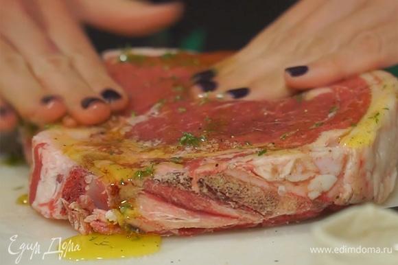 Стейк полить оливковым маслом, посыпать тимьяном. Руками тщательно втереть специи и масло в мясо.