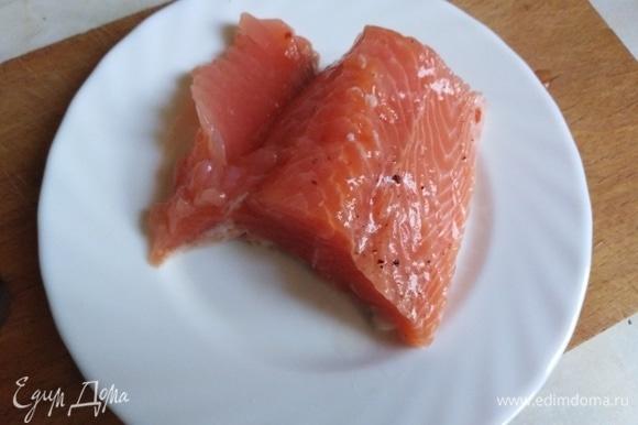Подготовленный кусок рыбы нарезать на кусочки.