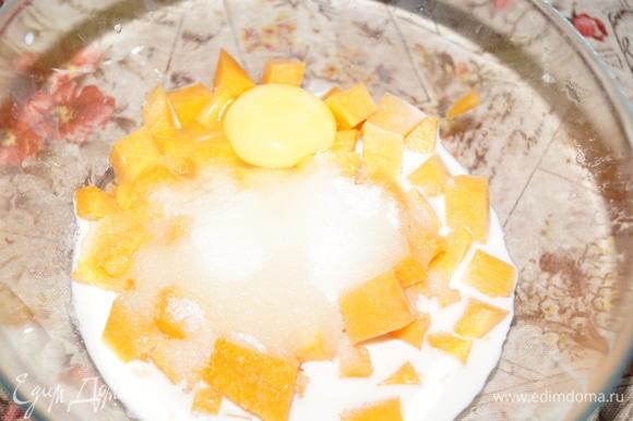 Тыкву, молоко, яйцо, сахар поместите в чашу.