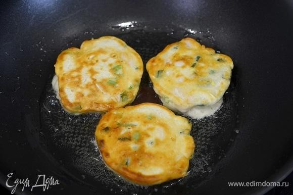 В сковороде разогрейте масло, выкладывайте ложкой немного теста с начинкой и обжаривайте минут по 5 с каждой стороны.