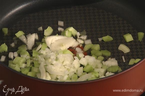 Разогреть сковороду с растительным маслом. Сельдерей и лук нарезать мелкими кусочками, всыпать в сковороду, обжарить.