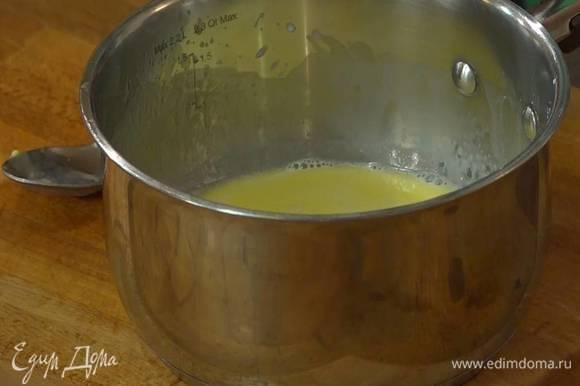 Молоко подогреть на маленьком огне, так чтобы оно стало теплым, добавить предварительно размягченное сливочное масло и размешать все ложкой, так чтобы масло полностью растворилось.