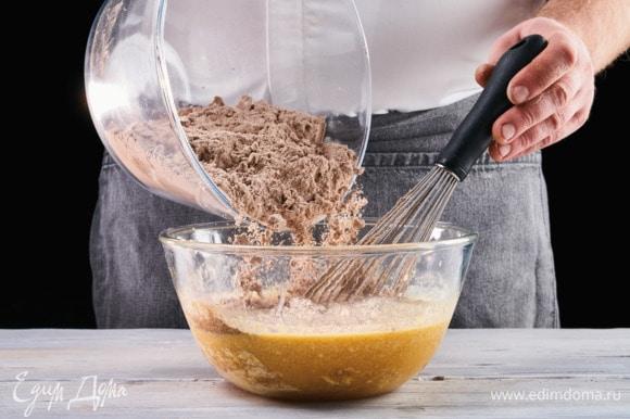 Смешайте сухие ингредиенты с жидкой массой, перемешайте до однородности. Форму для запекания смажьте сливочным маслом. Тесто для кекса влейте в форму и выпекайте 45 минут в заранее разогретой до 180°C духовке.