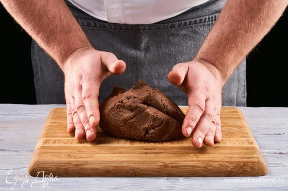 Вымесите тесто, скатайте в шар. Уберите его в холодильник на 1 час.