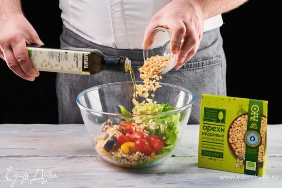 Выложите получившийся теплый салат к листьям и помидорам, посыпьте сверху кедровыми орешками ТМ «Аю — дух леса» и слегка приправьте кедровым маслом ТМ «Аю — дух леса».