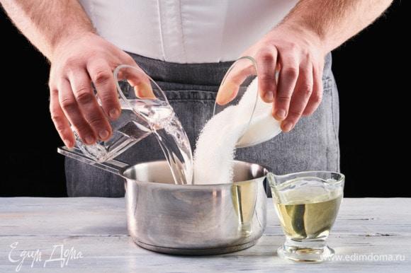 Изюм залейте горячей водой и оставьте замачиваться на 2 часа. Сахар растворите в чуть теплой воде. Добавьте масло.