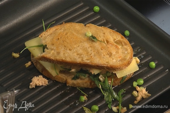 Бутерброд выложить на сковороду-гриль, поджарить с двух сторон.