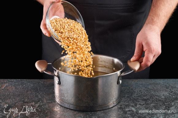 В получившийся бульон добавьте горох. Варите 30 минут.