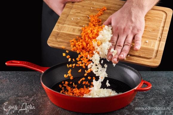 Морковь и лук нарежьте мелким кубиком. Выложите на сковороду, смазанную растительным маслом, и обжаривайте до готовности.