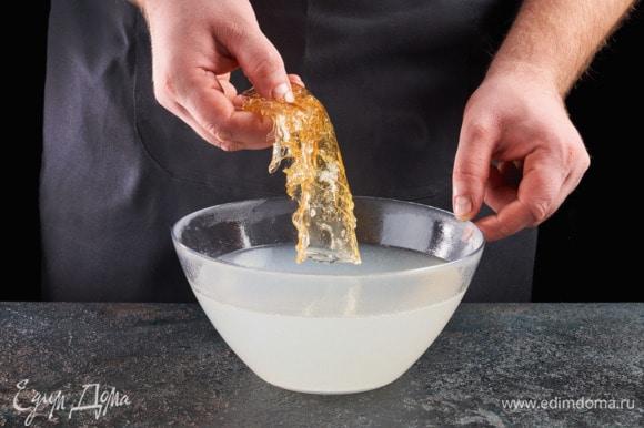 Разведите желатин в воде, как указано на упаковке. Процедите рыбный бульон, лук выкиньте. Разведенный желатин растворите в теплом процеженном бульоне.