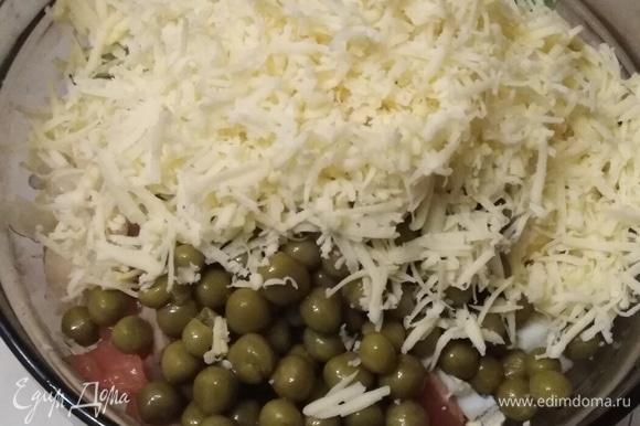 Добавить натертый на мелкой терке сыр и зеленый горошек. Заправить рисовым уксусом. Перемешать.