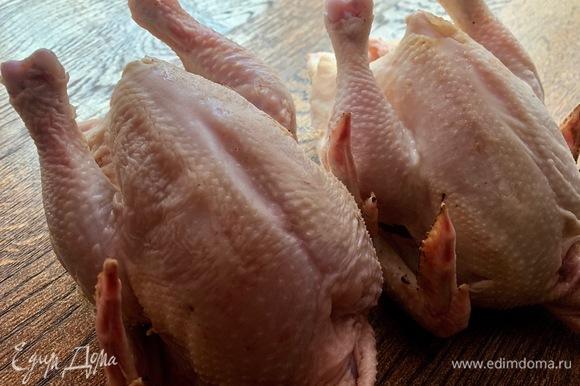 Две тушки красивых цыплят промыть, разрезать на порционные кусочки.