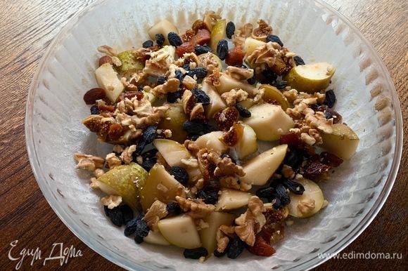 Яблоко, груша, финики, орехи, инжир, изюм — все кладу в форму.