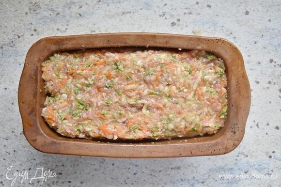 Переложить подготовленный фарш в форму для запекания, смазанную небольшим количеством растительного масла. Верх запеканки смазать сметаной и поставить в духовку, разогретую до 200°C, на 30 минут.