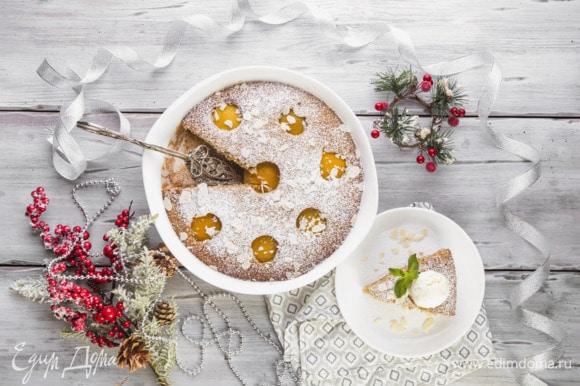 Перед подачей посыпьте пирог сахарной пудрой или подавайте с мороженым.
