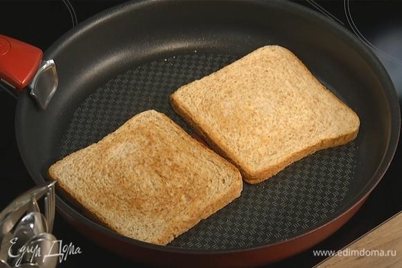 На сухой сковороде подсушить хлеб с двух сторон до образования золотистой корочки. Выложить на тарелку, смазать сливочным маслом.