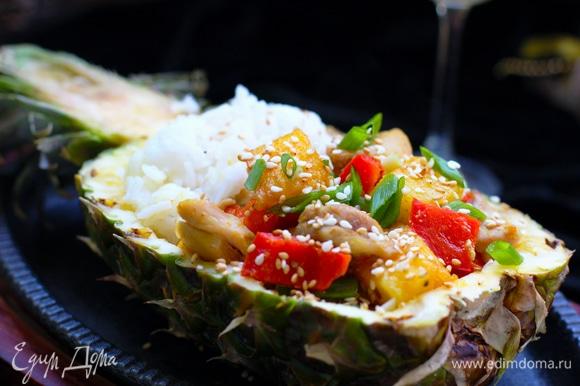 Обычно половинки ананаса хватает на 2 порции. Риса на 1 человека нужно 70–80 г.