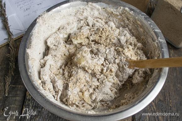 Смешиваем продукты сначала в миске ложкой. Тесто вязкое, клейкое, так и должно быть. Это тесто нельзя месить долго, буквально пару минут, до однородности.