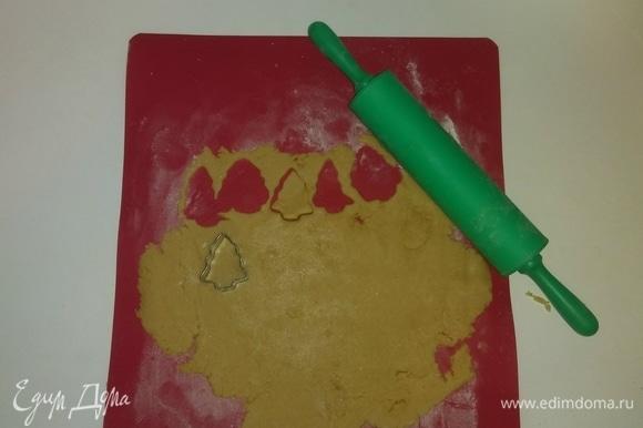 Спустя полчаса достаем тесто из холодильника и, посыпав доску мукой, раскатываем его так, чтобы толщина раскатанного пласта теста была 2 мм. После чего вырезаем из теста различные фигурки. Я делю тесто пополам и вначале раскатываю только одну половину, убрав вторую обратно в холодильник. Но это кому как удобнее.